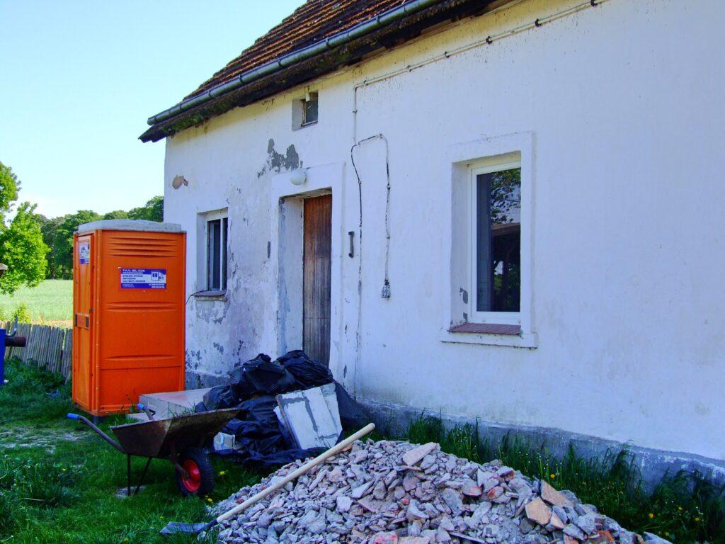 Pomarańczowa toaleta i sterta gruzu - na razie remont nie dodaje uroku domkowi